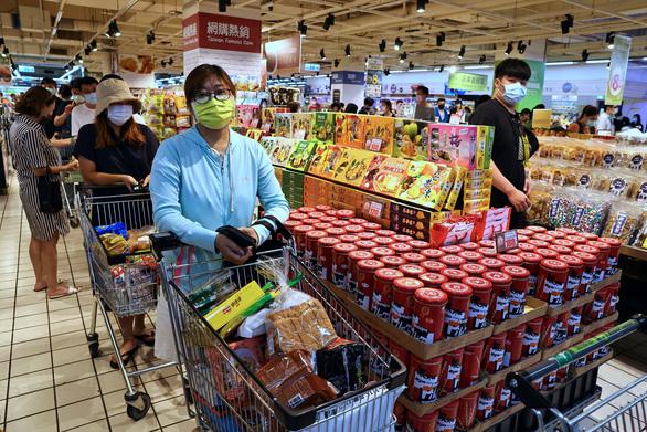 Đài Loan nhiều ca nhiễm, dân ra siêu thị vét hàng sạch kệ - Ảnh 4.