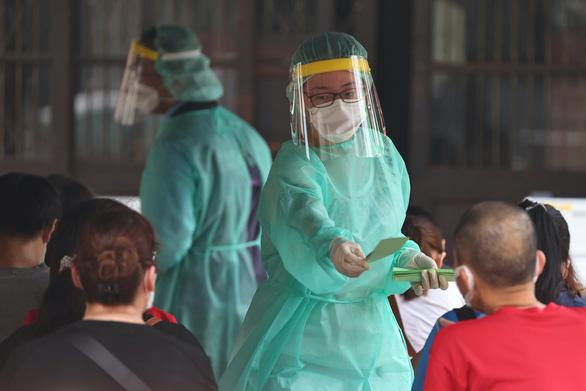 Đài Loan nhiều ca nhiễm, dân ra siêu thị vét hàng sạch kệ - Ảnh 5.