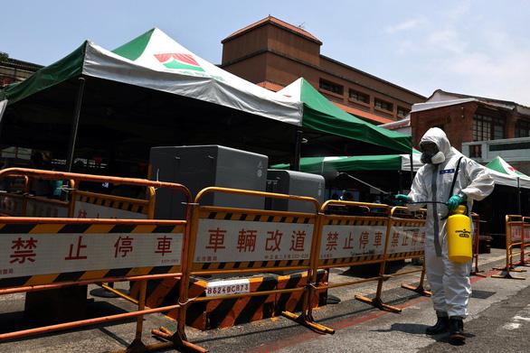 Đài Loan nhiều ca nhiễm, dân ra siêu thị vét hàng sạch kệ - Ảnh 6.