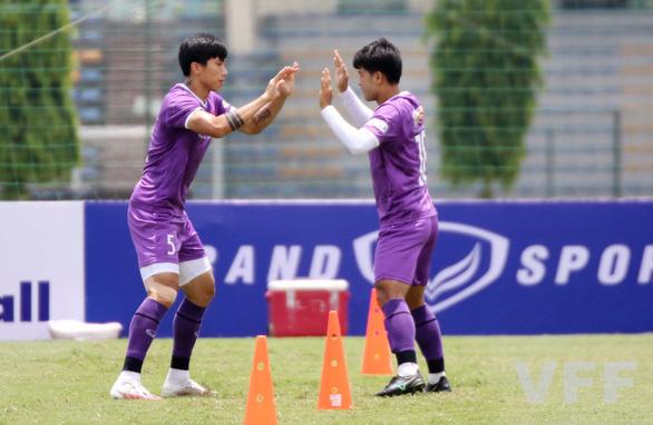Văn Hậu được ông Park cho tập khởi động cùng đội tuyển Việt Nam - Ảnh 1.