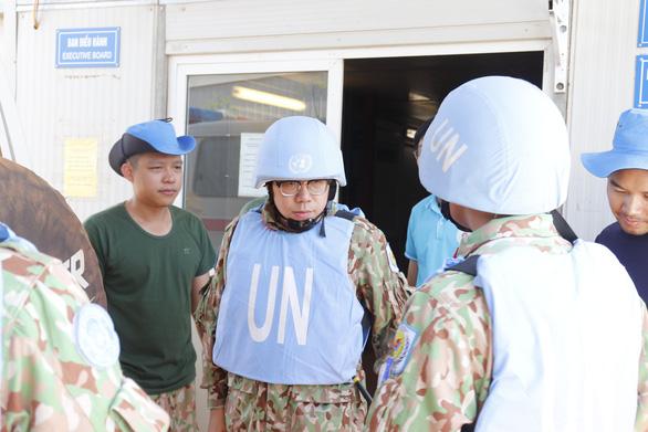 Bác sĩ Việt Nam đội mũ sắt, mặc áo chống đạn cấp cứu bệnh nhân ở Nam Sudan - Ảnh 2.