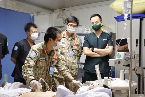 Bác sĩ Việt Nam đội mũ sắt, mặc áo chống đạn cấp cứu bệnh nhân ở Nam Sudan - Ảnh 3.