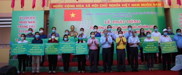 Lãnh đạo TP.HCM trồng cây nhân kỷ niệm 131 năm ngày sinh Bác Hồ - Ảnh 1.