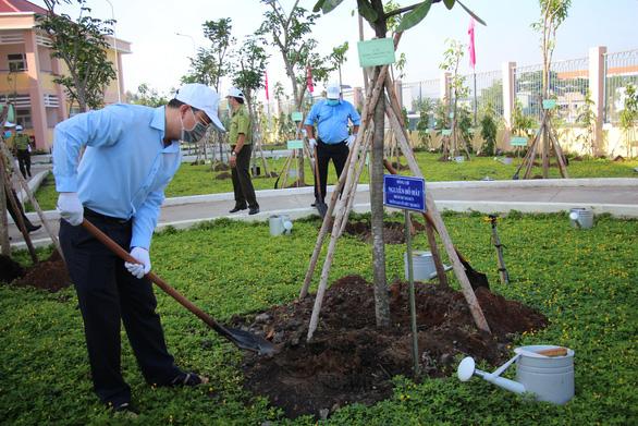 Lãnh đạo TP.HCM trồng cây nhân kỷ niệm 131 năm ngày sinh Bác Hồ - Ảnh 3.