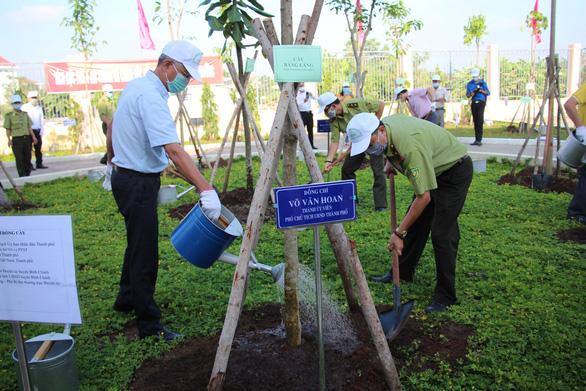 Lãnh đạo TP.HCM trồng cây nhân kỷ niệm 131 năm ngày sinh Bác Hồ - Ảnh 2.