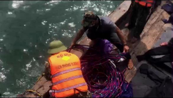 Tàu cá Quảng Ngãi dùng kích điện tận diệt hải sản trên vùng biển Quảng Bình - Ảnh 1.