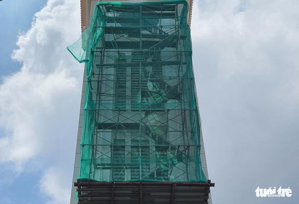 Thợ sơn bị bắn thủng mông khi đang sơn tháp chuông - Ảnh 3.