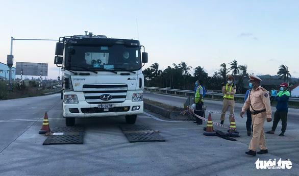 Xử nghiêm vụ xe chở 85 tấn hàng, vượt tải hơn 20 tấn trên cao tốc Đà Nẵng - Quảng Ngãi - Ảnh 1.