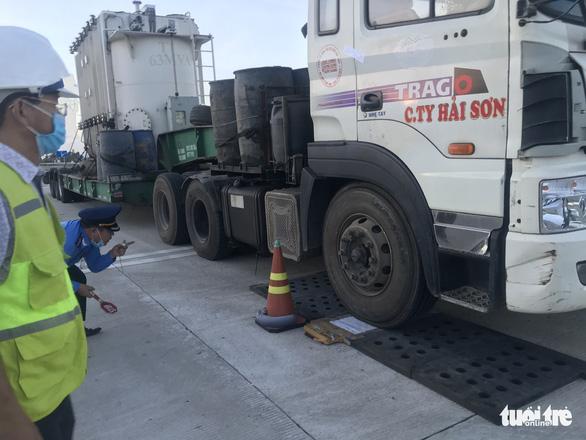 Xử nghiêm vụ xe chở 85 tấn hàng, vượt tải hơn 20 tấn trên cao tốc Đà Nẵng - Quảng Ngãi - Ảnh 2.