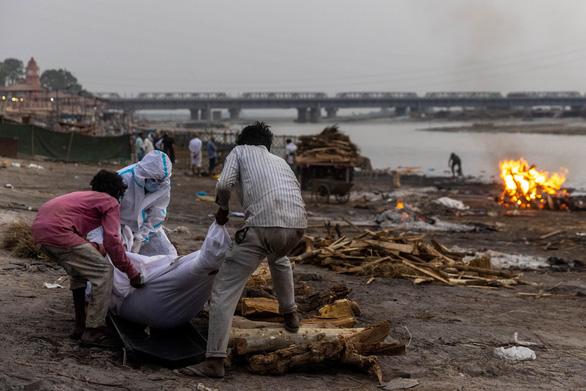 Ấn Độ lần đầu xác nhận nhiều thi thể bị thả trên sông Hằng là bệnh nhân COVID-19 - Ảnh 1.