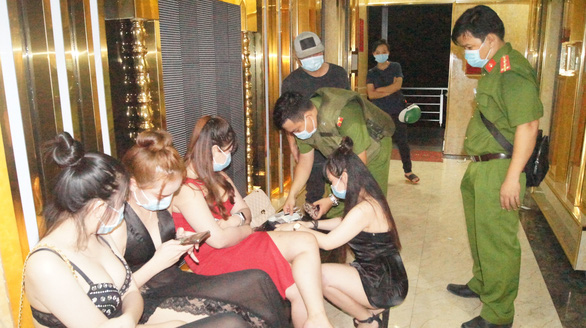 Quán karaoke ngoài đóng cửa, trong hát tưng bừng trăm khách - Ảnh 1.