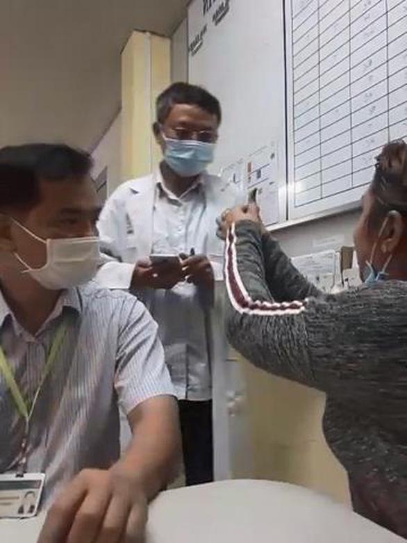 Tài xế chuyển cấp cứu của Bệnh viện Lê Văn Việt làm đứt ngón tay bệnh nhân 80 tuổi? - Ảnh 3.