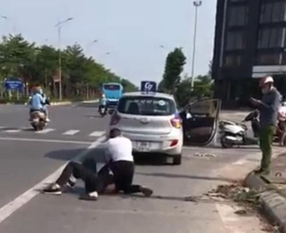 Kỷ luật đại úy công an đứng nhìn tài xế taxi bị thương vật lộn với tên cướp - Ảnh 1.