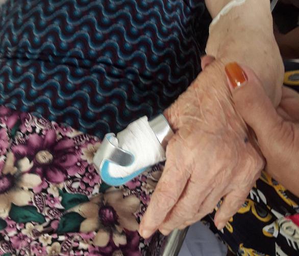 Tài xế chuyển cấp cứu làm đứt ngón tay bệnh nhân 80 tuổi? - Ảnh 1.