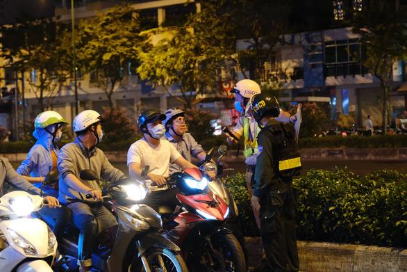 Cảnh sát giao thông tăng cường xử phạt vi phạm phòng chống dịch COVID-19 - Ảnh 1.