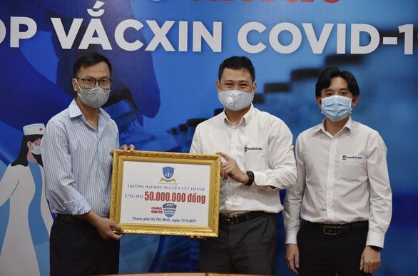 ĐH Nguyễn Tất Thành trao 50 triệu đồng Cùng Tuổi Trẻ góp vắc xin COVID-19 - Ảnh 1.