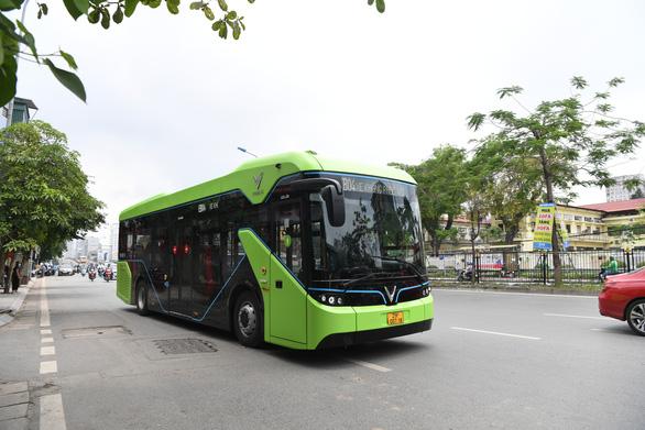 Buýt điện VinBus chạy thử ngoài phố ở Hà Nội - Ảnh 2.