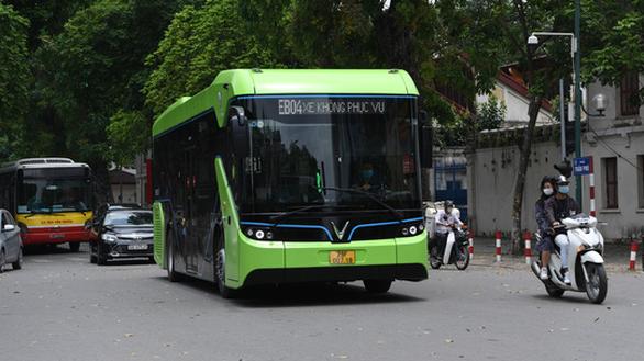 Buýt điện VinBus chạy thử ngoài phố ở Hà Nội - Ảnh 1.