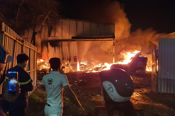 Kho cao su bột ở Long Bình Tân cả ngàn mét vuông cháy rụi trong đêm - Ảnh 1.