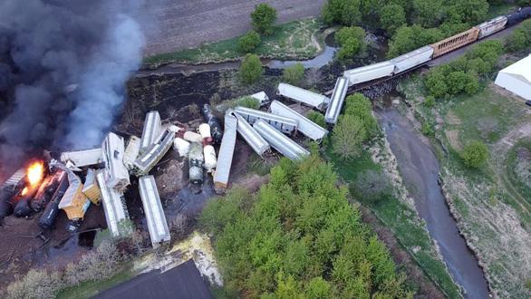 Đoàn tàu 47 toa trật đường ray và bốc cháy tại Mỹ - Ảnh 1.