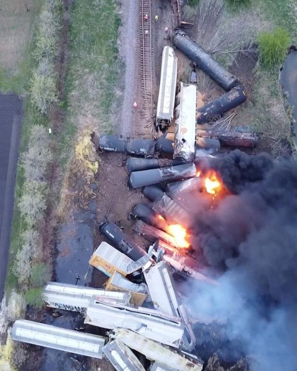Đoàn tàu 47 toa trật đường ray và bốc cháy tại Mỹ - Ảnh 3.