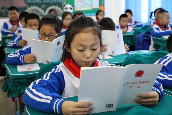 Trung Quốc cấm giáo trình nước ngoài từ mẫu giáo tới THCS - Ảnh 1.