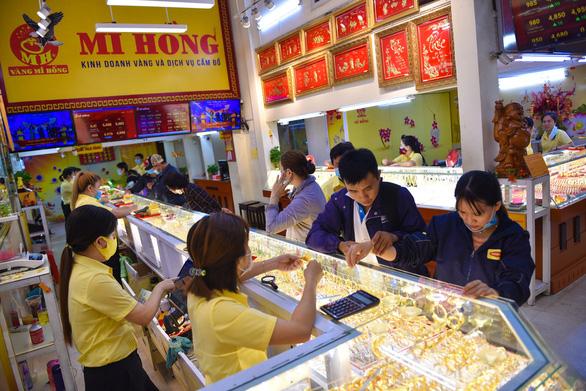 Giá vàng tăng mạnh, lên 56,4 triệu đồng/lượng - Ảnh 1.