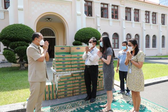 Angkormilk tặng 48.000 sản phẩm sữa hỗ trợ người dân vùng đỏ trong dịch COVID-19 - Ảnh 1.