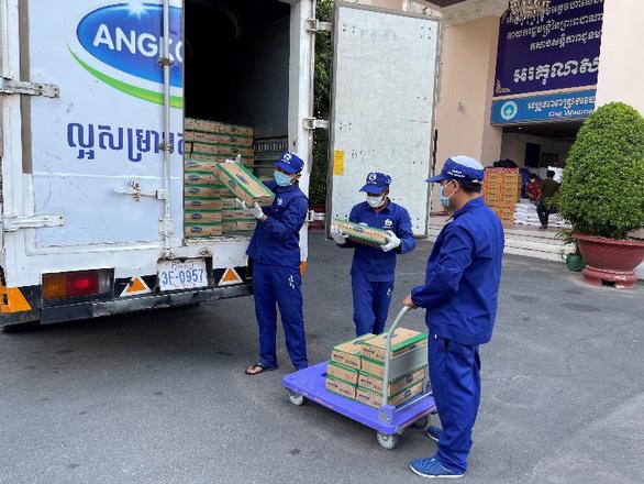 Angkormilk tặng 48.000 sản phẩm sữa hỗ trợ người dân vùng đỏ trong dịch COVID-19 - Ảnh 2.