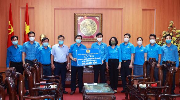 Sẽ hỗ trợ hơn 51.000 công nhân tại Bắc Giang phải nghỉ việc vì COVID-19 - Ảnh 2.