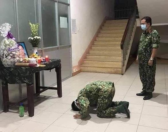 Trung sĩ phục vụ trong khu cách ly không thể về chịu tang mẹ - Ảnh 1.