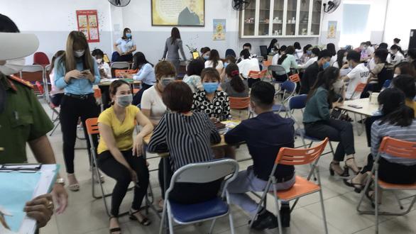 Hơn 100 người ngồi chen chúc bất chấp dịch COVID-19, phạt công ty 30 triệu đồng - Ảnh 1.