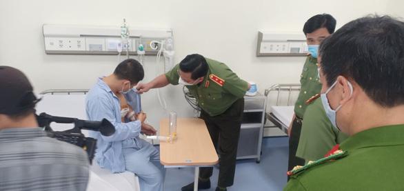 Giám đốc Công an Hà Nội đến bệnh viện trao giấy khen cho tài xế taxi bắt cướp - Ảnh 1.
