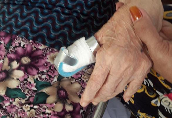 Phó giám đốc Bệnh viện Lê Văn Việt xin lỗi sau vụ đứt ngón tay bệnh nhân 80 tuổi - Ảnh 1.