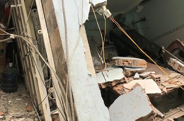 8 căn nhà ven kênh ở quận 8 bị lún, sập khiến 2 người bị thương - Ảnh 1.