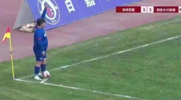 Triệu phú Trung Quốc mua đội bóng rồi ép HLV để con trai nặng 126kg đá chính - Ảnh 1.