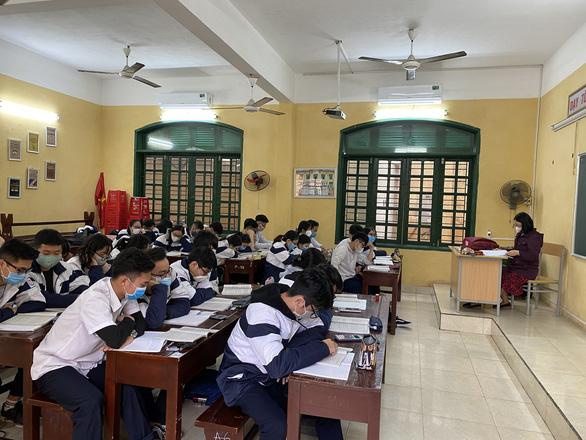 Có giáo viên là F0, Hải Phòng cho học sinh lớp 9, lớp 12 tạm dừng đến trường - Ảnh 1.