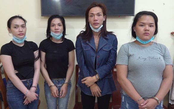 Bắt 4 người 'chuyển giới' dàn cảnh lấy tài sản người nước ngoài ở trung tâm TP.HCM - Ảnh 1.
