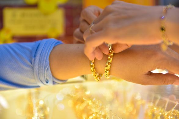 Giá vàng thế giới thủng mốc 1.800 USD/ounce - Ảnh 1.