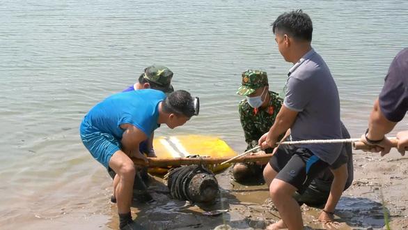 Trục vớt trái bom 250kg ngay ở bến thả hoa trên sông Thạch Hãn - Ảnh 2.