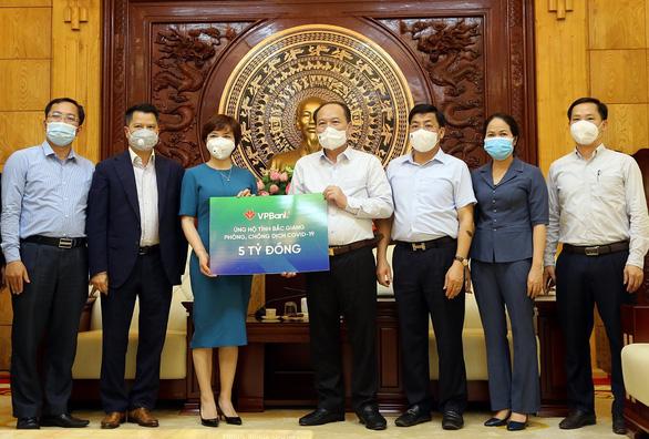 VPBank tiếp tục ủng hộ 10 tỉ đồng để đẩy lùi dịch COVID-19 - Ảnh 1.