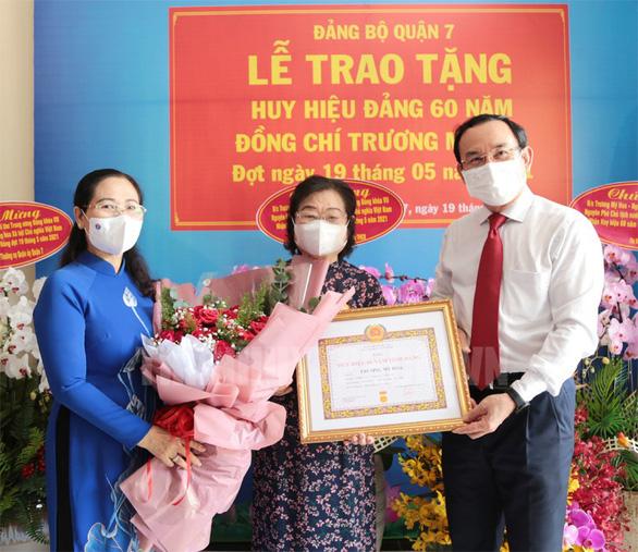 Nguyên Phó chủ tịch nước Trương Mỹ Hoa nhận huy hiệu 60 năm tuổi Đảng - Ảnh 1.