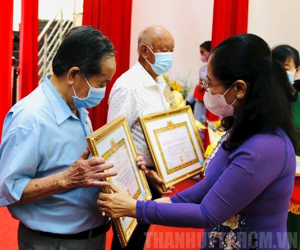 Nguyên Phó chủ tịch nước Trương Mỹ Hoa nhận huy hiệu 60 năm tuổi Đảng - Ảnh 2.