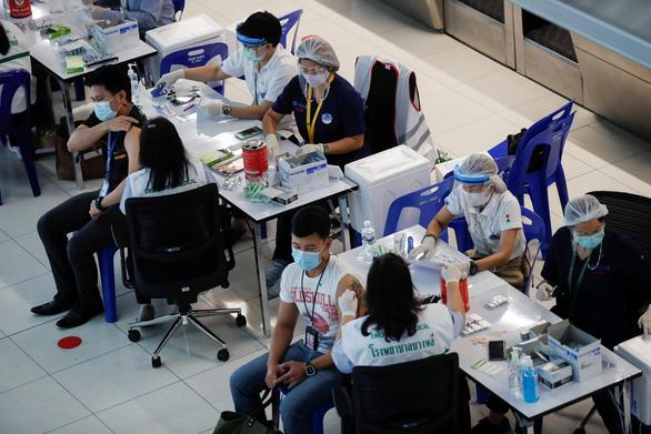 Nhiều người Thái Lan chọn tour du lịch tiêm vắc xin ở nước ngoài - Ảnh 1.