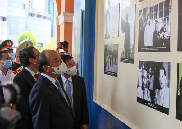 Chủ tịch nước Nguyễn Xuân Phúc dâng hương tưởng niệm Chủ tịch Hồ Chí Minh - Ảnh 2.