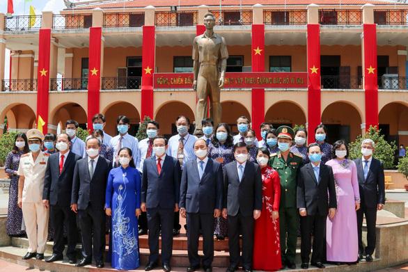 Chủ tịch nước Nguyễn Xuân Phúc dâng hương tưởng niệm Chủ tịch Hồ Chí Minh - Ảnh 5.