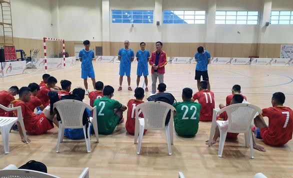 Tuyển futsal VN gia cố hàng thủ trước trận tranh vé dự World Cup 2021 - Ảnh 1.