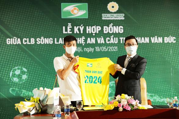 Phan Văn Đức ký hợp đồng ở lại Sông Lam Nghệ An thêm 3 năm - Ảnh 2.