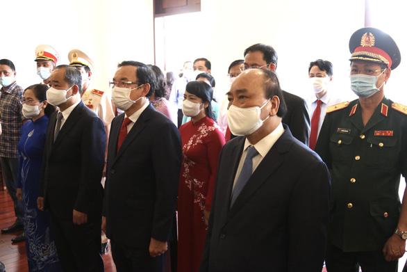 Chủ tịch nước Nguyễn Xuân Phúc dâng hương tưởng niệm Chủ tịch Hồ Chí Minh - Ảnh 1.