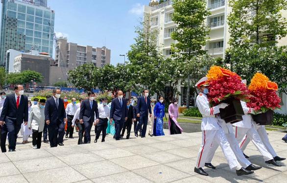 Chủ tịch nước Nguyễn Xuân Phúc dâng hương tưởng niệm Chủ tịch Hồ Chí Minh - Ảnh 3.